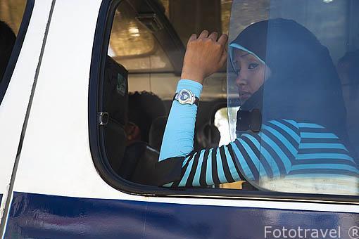 Chica musulmana en autobus. ALEJANDRIA. Egipto