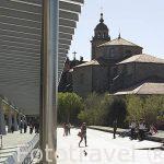 Pasarela junto a la Avda. Juan XXIII, al fondo la iglesia de San Francisco. Santiago de Compostela. Ciudad Patrimonio de UNESCO. A Coruña. España