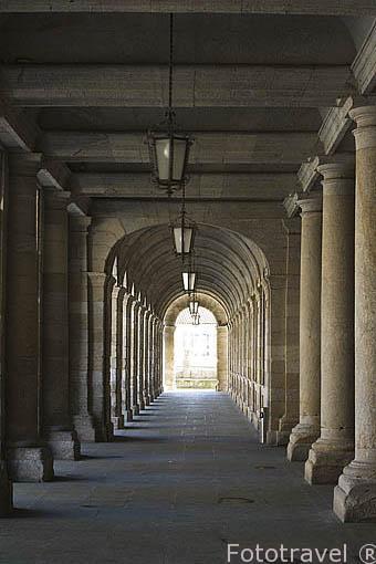 Soportales bajo el edificio del Ayuntamiento.Santiago de Compostela. Ciudad Patrimonio de UNESCO. A Coruña. España