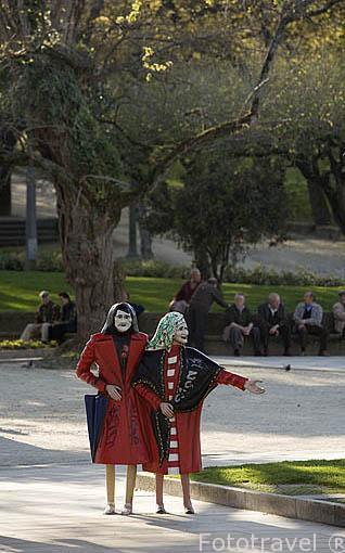Escultura en metal de Las Dos Marias, en el parque de la Alameda. Santiago de Compostela. Ciudad Patrimonio de UNESCO. A Coruña. España