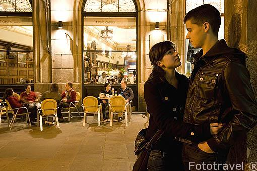 Una pareja en la calle Do Vilar frente al Cafe Casino.Santiago de Compostela. Ciudad Patrimonio de UNESCO. A Coruña. España