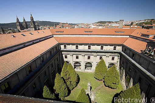 Patio interior de la facultad de Geografia e Historia y vista de la catedral. Santiago de Compostela. Ciudad Patrimonio de UNESCO. A Coruña. España