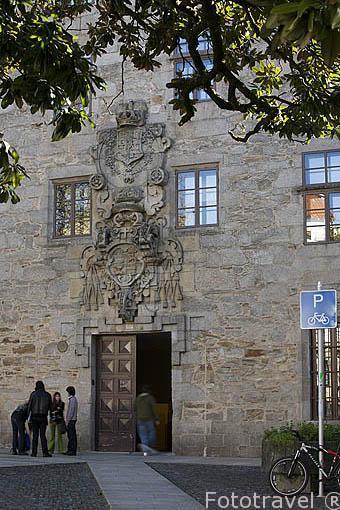 Fachada del edificio Mazarelos ICE (Instituto de Ciencias de Educación). Santiago de Compostela. Ciudad Patrimonio de UNESCO. A Coruña. España