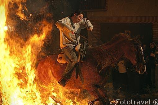 Caballos saltando hogueras todos los 16 de enero. Festividad de las Luminarias. Población de San Bartolome de Pinares. Avila. Castilla y León. España