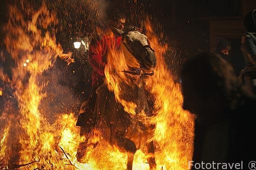 Caballos saltando hogueras todos los 16 de enero. Festividad de las Luminarias. Población de San Batolome de Pinares. Avila. Castilla y León. España