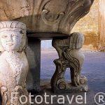 Una fuente de piedra en la plaza de la iglesia. Pueblo de CHULILLA. Valencia. Comunidad Valenciana. España