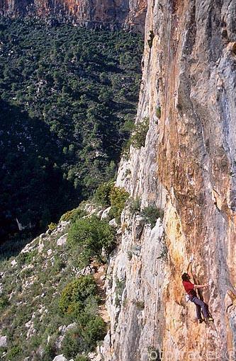 Escalador en una pared del cañón del río Turia. CHULILLA. Valencia. Comunidad Valenciana. España
