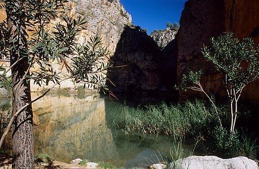 """""""El charco azul"""" rodeado por altas paredes. Rió Turia a su paso por el pueblo de CHULILLA. Valencia. Comunidad Valenciana. España"""