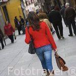 Calle Juan Bravo y chica. SEGOVIA. Ciudad Patrimonio de la UNESCO. Castilla y Leon. España
