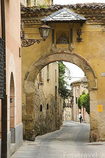 Arcos y casa con portico romanico en la calle de Velarde y Travesia de los Canonigos. SEGOVIA. Ciudad Patrimonio de la UNESCO. Castilla y Leon. España
