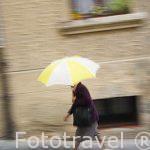 Señora con paraguas. Barrio de la Juderia. SEGOVIA. Ciudad Patrimonio de la UNESCO. Castilla y Leon. España
