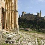 Iglesia de la Vera Cruz. s.XIII. Atribuida a la Orden del Santo Sepulcro. Actualmente pertenece a la Orden de Malta. Al fondo el edificio del Alcazar. SEGOVIA. Ciudad Patrimonio de la UNESCO. Castilla y Leon. España
