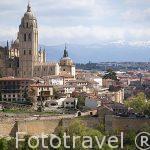 Murallas y catedral de Segovia, al fondo montañas nevadas