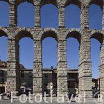 Acueducto romano de Segovia y primer plano con turistas
