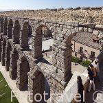 Acueducto romano de Segovia del s.I-II y turistas observando