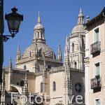 Vista de la catedral de Segovia desde una calle estrecha