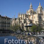 Plaza Mayor de Segovia con la catedral al fondo reflejada en fue