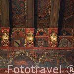 El Alcazar y decoración en el techo de una de sus salas.