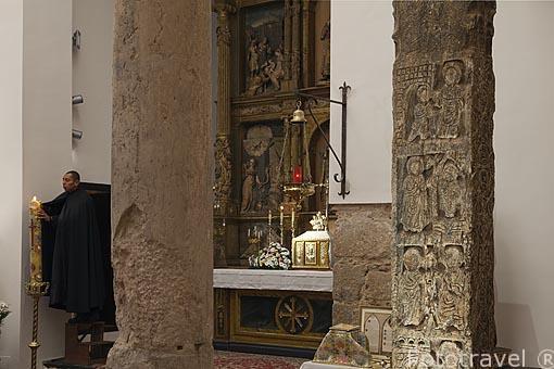 Pilar visigodo decorado con escenas de milagros de Cristo. Interior de la nave central. Mezquita Iglesia de El Salvador. (s.IX-XII). Convertida en iglesia cristiana en 1159. Toledo. Ciudad Patrimonio de la Humanidad, UNESCO. Castilla La Mancha. España