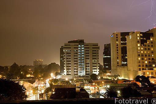 Ciudad de GUATEMALA, relampados por la noche.