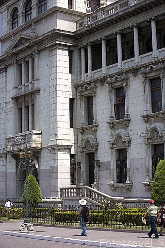 Edificio del Palacio Nacional de la Cultura situado junto a la plaza Mayor. Ciudad de GUATEMALA. Centroamerica