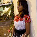 Chica llevando un huipil. CHICHICASTENANGO. Guatemala. Centroamerica