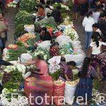 """Mercado de la población de CHICHICASTENANGO y gente vestida con sus coloridos """"Huipiles"""". Guatemala. Centroamerica"""