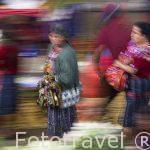 """Mercado de la población de CHICHICASTENANGO y gente vestida con sus coloridos """"Huipiles"""". Departamento de Quiche. Guatemala. Centroamerica"""