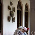 Turistas. Hotel Santo Tomas con patio de estilo colonial. CHICHICASTENANGO. Departamento de Quiche. Guatemala. Centroamerica