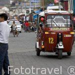 Calle Santander con comercios y tuk tuk en las calles. PANAJACHEL. Departamento de Sololá. Guatemala. Centroamerica
