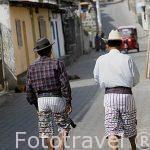 Señores vestidos con su ropa tradicional en el pueblo de SANTIAGO DE ATITLAN. Departamento de Sololá. Guatemala. Centroamerica