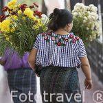 Chicas con sus huipiles de la etnia Tzutuhil. Población de SANTIAGO DE ATITLAN. Departamento de Sololá. Guatemala. Centroamerica