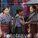 Chicas con sus huipiles de la etnia Tzutuhil en el mercado. Población de SANTIAGO DE ATITLAN. Departamento de Sololá. Guatemala. Centroamerica