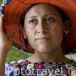 Chica con su huipil y gorro tradicional. SANTIAGO DE ATITLAN. Departamento de Sololá. Guatemala. Centroamerica.