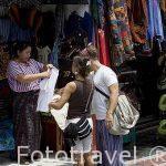 Turistas de compras en el mercado. SANTIAGO DE ATITLAN. Departamento de Sololá. Guatemala. Centroamerica.
