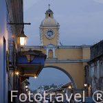 Arco de Santa Catalina en calle del Arco. Al fondo el volcan de Agua. Ciudad de ANTIGUA. Departamento de Sacatepequez. Guatemala. Centroamerica