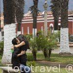 Pareja en el Parque Central. Ciudad de ANTIGUA. Departamento de Sacatepequez. Guatemala. Centroamerica
