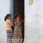 Mujeres en un calle del centro historico de la ciudad de ANTIGUA. Departamento de Sacatepequez. Guatemala. Centroamerica