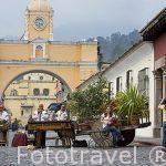 Musicos tocando la marimba en la calle del Arco. Al fondo el arco de Santa Catalina. Ciudad de ANTIGUA. Departamento de Sacatepequez. Guatemala. Centroamerica