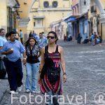 Chica en la calle del Arco. Ciudad de ANTIGUA. Departamento de Sacatepequez. Guatemala. Centroamerica
