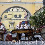Musicos tocando la marimba en la calle del Arco. Ciudad de ANTIGUA. Departamento de Sacatepequez. Guatemala. Centroamerica