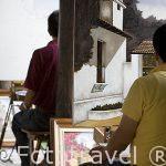 Pintores en el patio del hotel Posada de Don Rodrigo. Ciudad de ANTIGUA. Departamento de Sacatepequez. Guatemala. Centroamerica