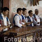 Musicos tocando la marimba. Ciudad de ANTIGUA. Departamento de Sacatepequez. Guatemala. Centroamerica