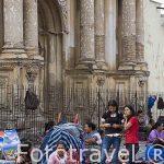 De compras por los mercado de las ruinas del Carmen. Ciudad de ANTIGUA. Departamento de Sacatepequez. Guatemala. Centroamerica