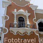 Balcones en la fachada de un edificio en el centro historico de la ciudad de Guatemala. Centroamerica