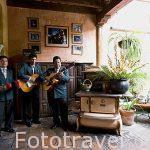 Musicos. Restaurante Fonda en la calle Real. Ciudad de ANTIGUA. Departamento de Sacatepequez. Guatemala. Centroamerica