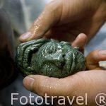 Tallado de una pieza de jade. Ciudad de ANTIGUA. Departamento de Sacatepequez. Guatemala. Centroamerica