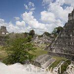 La Plaza Central, a la derecha el Templo II, de las Mascaras. Complejo maya de TIKAL. Departamento de Peten. Guatemala. Centroamerica