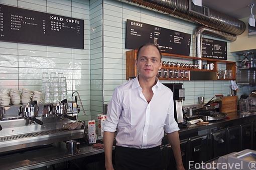 Camarero del cafe KaffeBønna. Calle Havne. Ciudad de Tromsø en invierno. Noruega