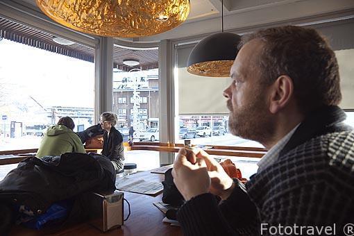 Interior del cafe KaffeBønna. Calle Havne. Ciudad de Tromsø en invierno. Noruega